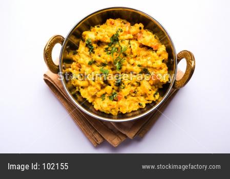 Pithla / Pitla Bhakar or spicy besan curry or zunka