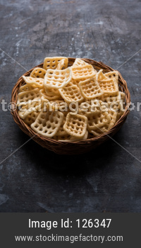 Square shape checkered Fryums Papad