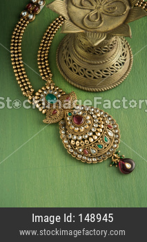 Gold necklace / ornament / haar